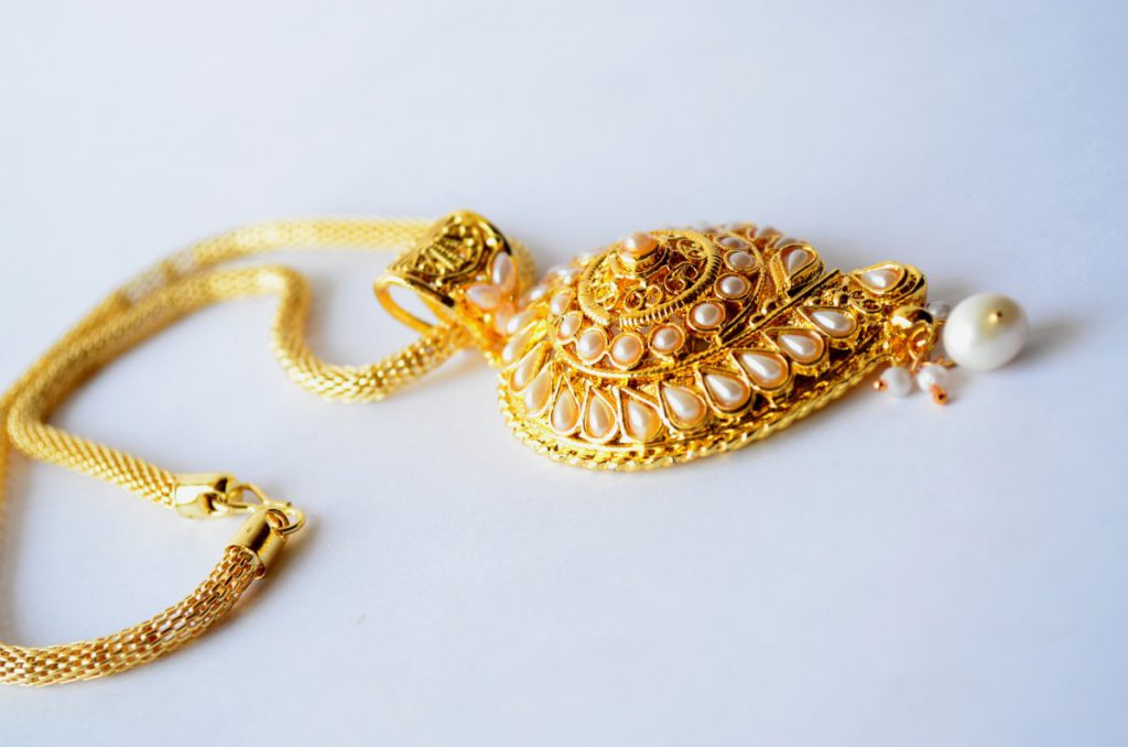 necklace gold 1024x678 - Types of accessories for ladies and girls